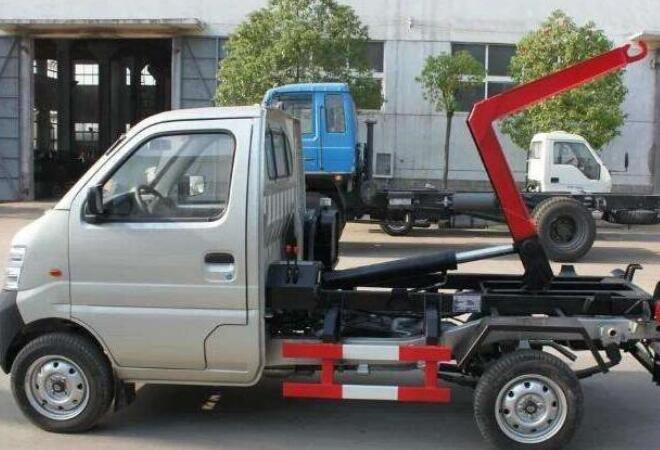 小型勾臂式垃圾车日常保养