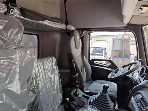 东风天锦高顶双卧冷藏车